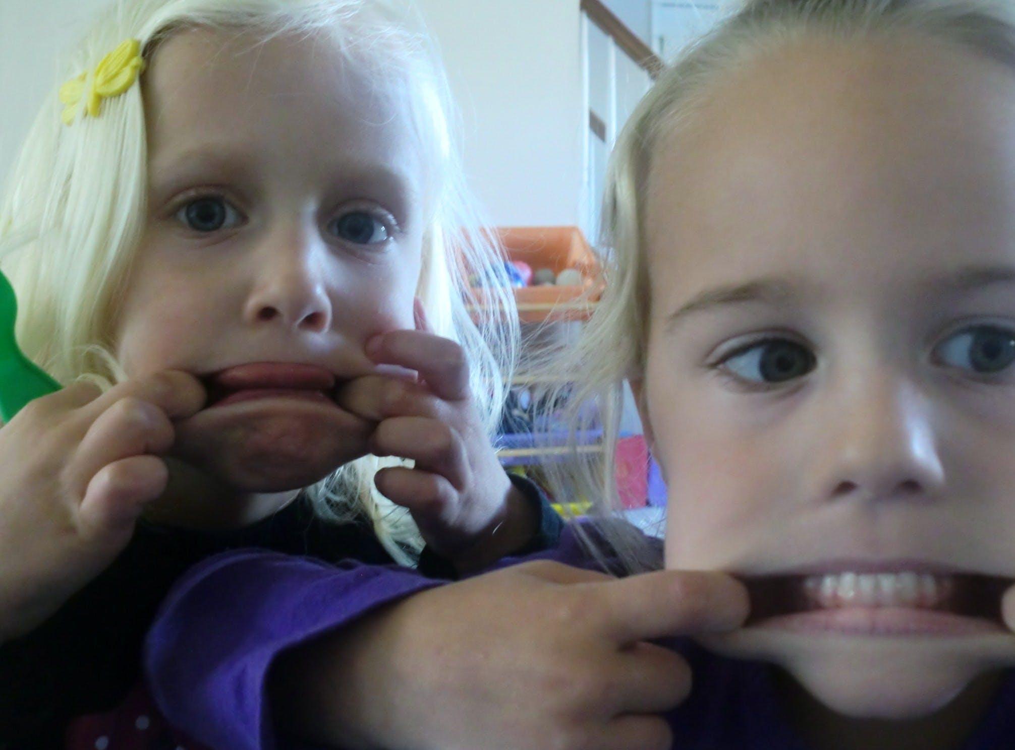 Elas adoram fazer funny faces!