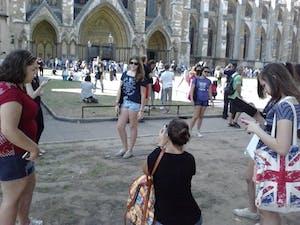 A turma tirando fotos na Catedral de westminster.