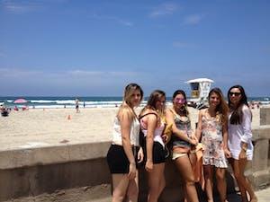 As meninas em Mission Beach