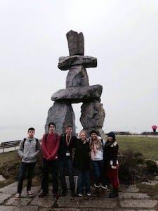 Inukshuk em English Bay:  criado pelo povo Inuit para orientar viajantes da regiao artica do Canada e outras regioes. Tambem e visto como um simbolo de amizade e esperanca.