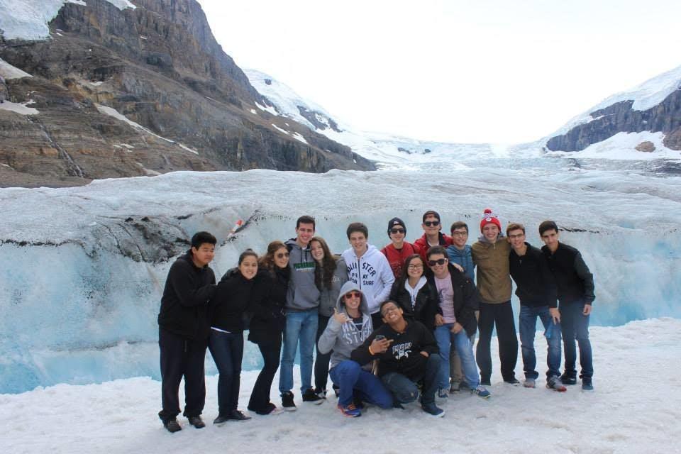 Nossos teens em Columbia Icefields passando um frio, mas felizes da vida.