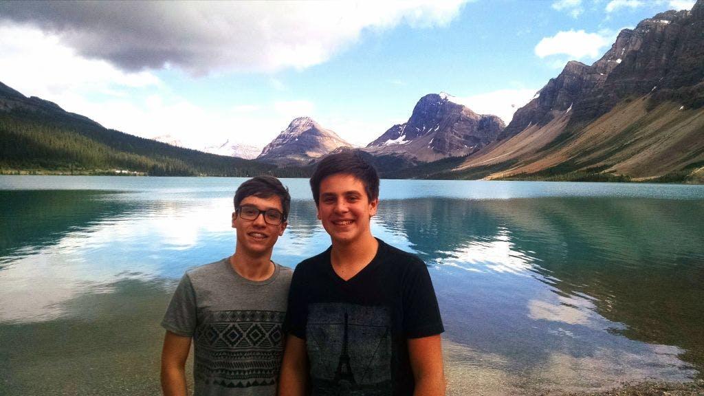 Nossos dois bravos homens que pularam no Bow lake (atras) uns minutos depois!