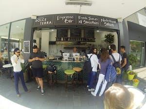 Café, suco e lanches..deliciosos. Ao lado da Navitas!!