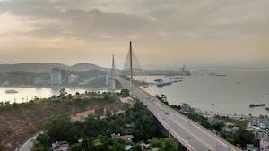 A ponte de mais de 1 km une a cidade de Ha Long.