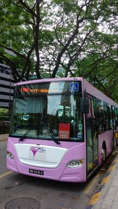 O ponto do ônibus fica bem em frente às Petronas Towers.