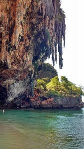 Quer praia, mar verde-azulado, sombra e caverna? Phra Nang tem!