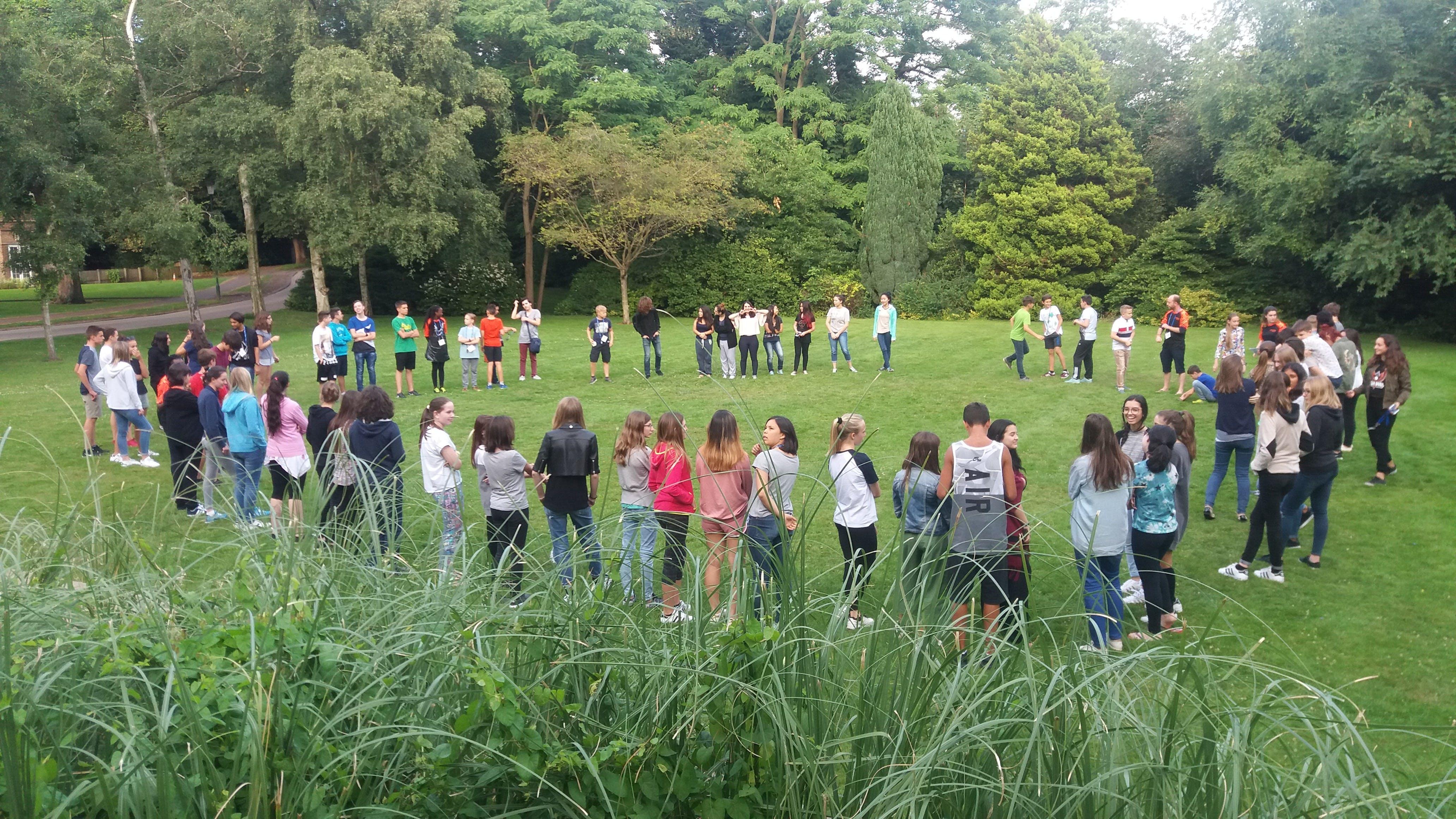Todas as tardes após o jantar nos reunimos no gramado em frente ao nosso prédio para recebermos informações sobre nossas atividades....