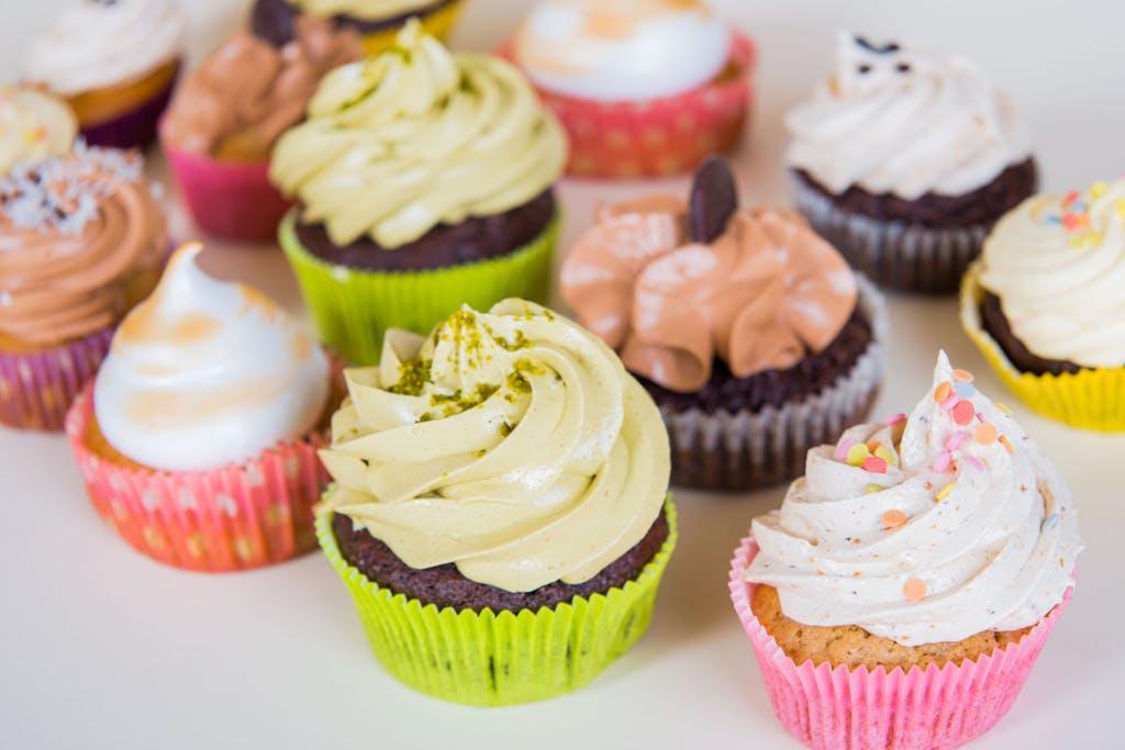 Série de cupcakes de diferentes cores, sabores e tamanhos.