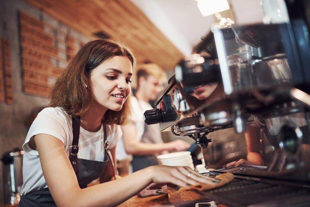 Trabalhar fora: garota servindo café no exterior