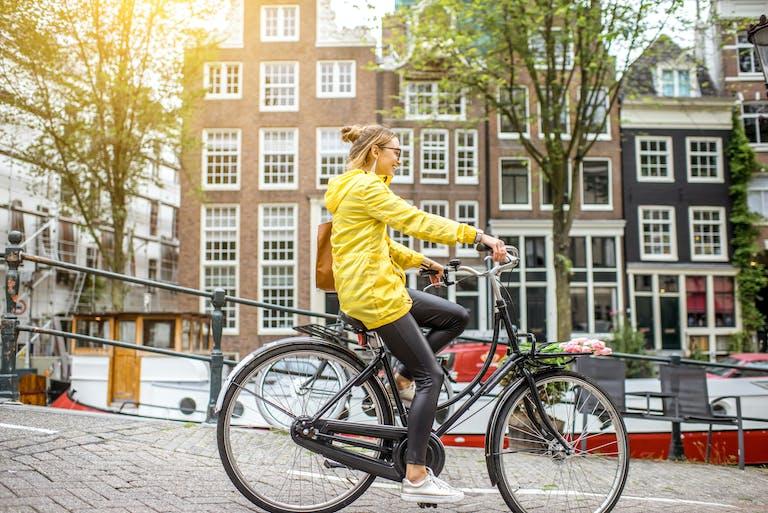 Andar de bicicleta é uma forma de gastar menos no intercâmbio