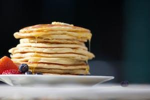 Comida Americana: Uma das comidas típicas dos estados unidos, as panquecas com melado.