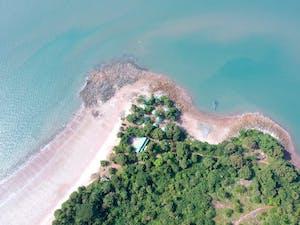 Visão aérea de uma praia na Guiné Equatorial, um dos países que falam espanhol.