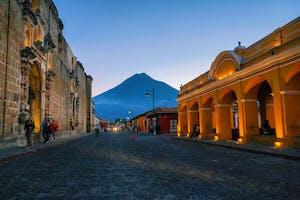 Rua iluminada em uma cidade da Guatemala, um dos países que falam espanhol.