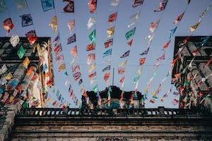 Bandeirinhas penduradas em uma igreja na cidade de Valladolid no México.