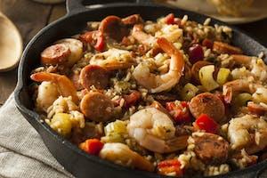 Prato típico americano chamado jambalaya.