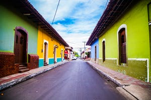 Casinhas coloridas em uma rua da cidade de Leon em Nicarágua.
