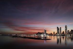Por do sol com luzes noturnas de uma cidade no Panamá.