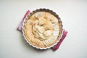 Vista de cima de uma torta de maçã.