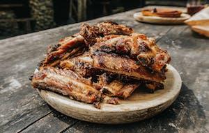 Costelas de porco ao molho barbecue.
