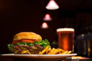 Comida Americana: Hamburguer americano, com fritas e coca-cola.