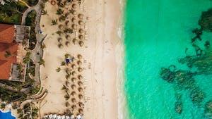 Visão aérea de uma praia em um do países que falam espanhol: República Dominicana.