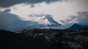 Vulcão Cotopaxi ao fundo da cidade de Quito, Equador.