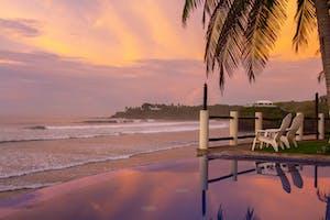 Por do sol em tons de rosa noa praia El Cuco, em El Salvador.