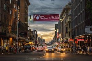 Imagem noturna de um shopping de rua em Adelaide, na Austrália, uma das melhores cidades para se viver.