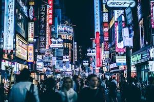 Pessoas andando nas ruas de um bairro badalado de Tóquio, chamado Shibuya.