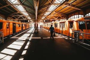 Parte da cultura da Alemanha é o transporte por trens. Na imagem, estação de trem em Berlim, Alemanha.