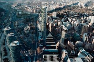 Visão aérea de uma cidade de Santiago, uma cidade ótima para quem quer morar no Chile.