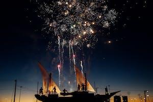Pessoas assistindo um show de fogos de artifício em Concepción, Chile.