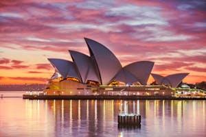 Por do sol ao fundo do Opera House, monumento famoso de Sydney, Austrália.