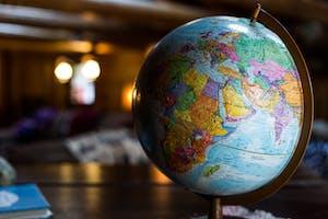 Globo mundial representando a variedade de opções que um viajante tem com a possibilidade de tirar um working holiday visa.