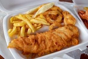 O prato fish'n chips separado em um isopor.