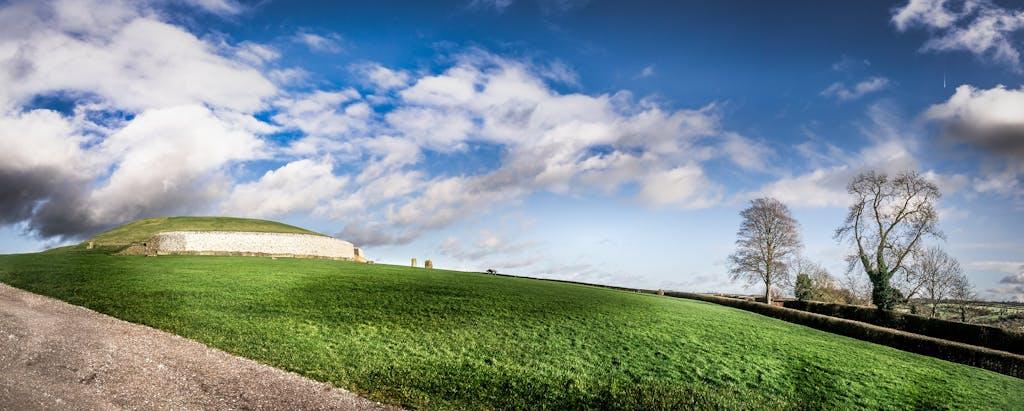 Newgrange, ponto turístico famoso da Irlanda.