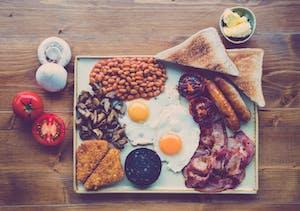 Café da manhã inglês completo visto de cima.