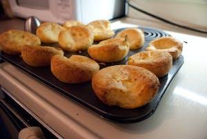 Yorkshire pudding, uma das comidas típicas da Inglaterra, apresentado ainda na assadeira.