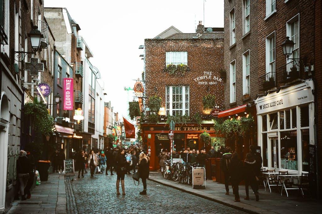 Um dos lugares para ir ao morar na Irlanda, a rua Temple Bar.