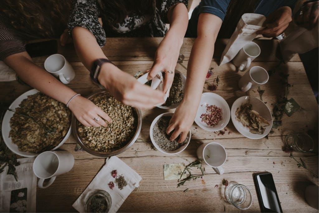 Exemplo de o que é hostel com pessoas convivendo e cozinhas juntas;